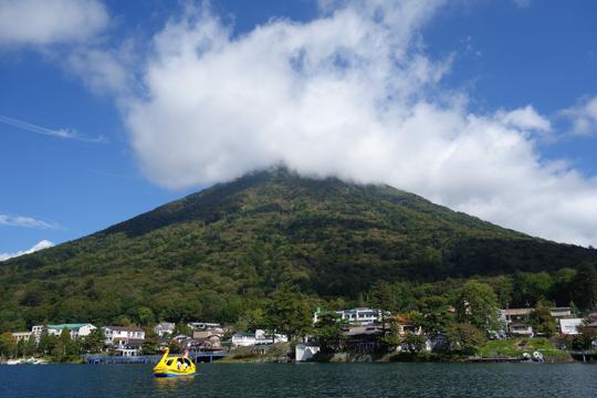 ボートから眺める男体山