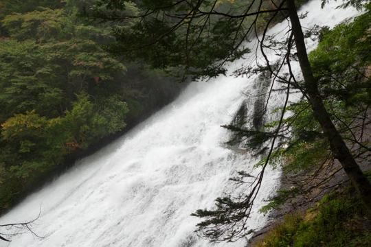 湯滝を真横から眺める
