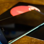 SIMカードとスマホ(HTC Desire 626)の写真