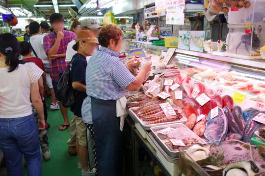 市場内の鮮魚店